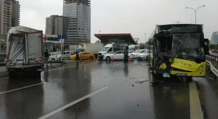 İETT otobüsü ile kamyonet çarpıştı: E-5'te trafik durdu