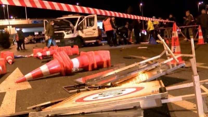 Ankara'nın Yenimahalle ilçesinde, bulvarda çalışma yapan belediye işçilerine otomobil çarptı.