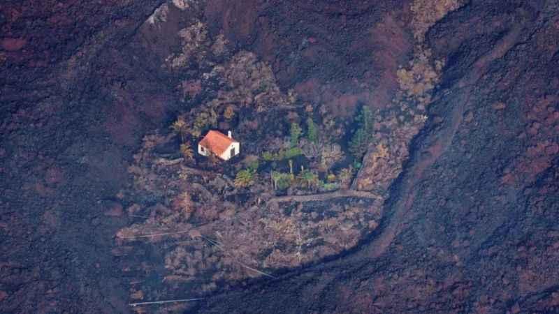 Yanardağ felaketinde 200 ev küle döndü biri sapasağlam kaldı!