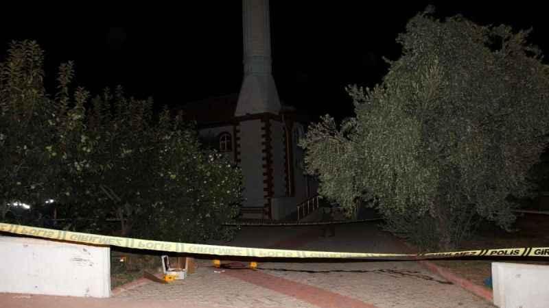 Kan davalısı olduğu kişiyi cami çıkışı pusu kurarak öldürdü