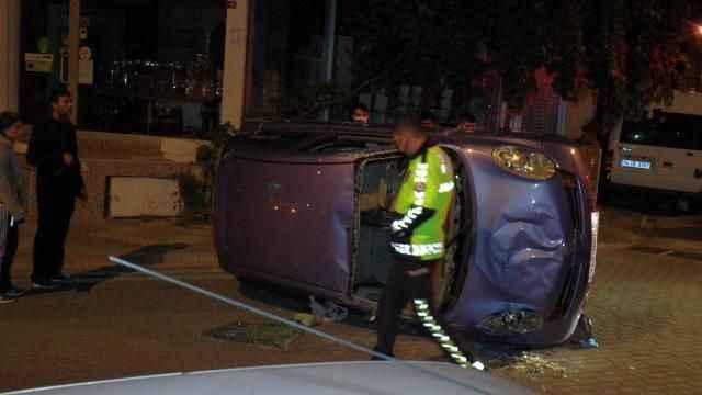Park halindeki araçlara çarpıp takla attı: 2 yaralı