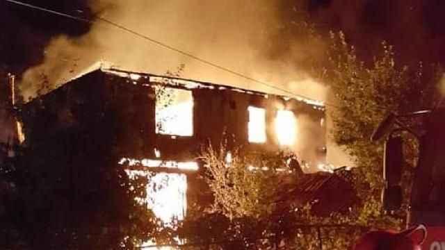 Karabük'te çıkan yangında tek katlı ev alev alev yandı