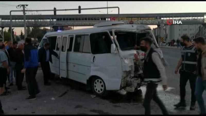 Tır, minibüs ve otomobil kavşakta çarpıştı, 4 kişi yaralandı