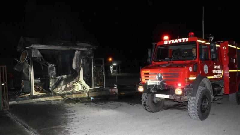 Kayseri'de işten çıkartıldığı iddia edilen kepçe operatörü, çalıştığı yerdeki iş makinesini yakıp, güvenlik kulübesini ateşe verdi.