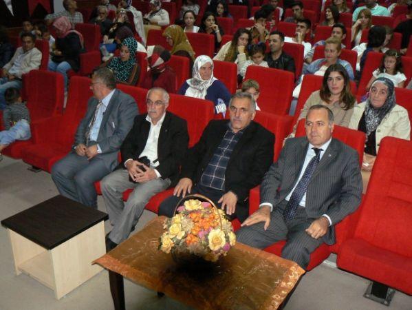 Türk Halk oyunları gösteri gecesi Hendek Ticaret Merkezinde yapıldı.(Hendek'e Festival ,sempozyum veya fuar mı geliyor.)