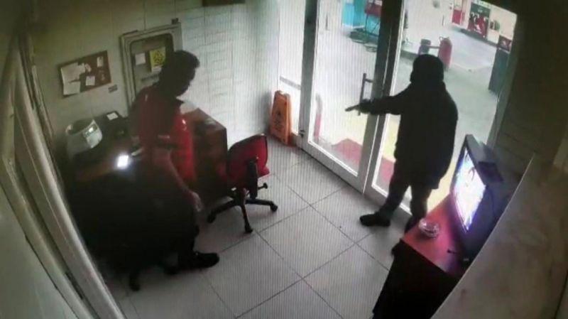 Sakarya'da akaryakıt istasyonunu çalışanları silahla gasp edildi