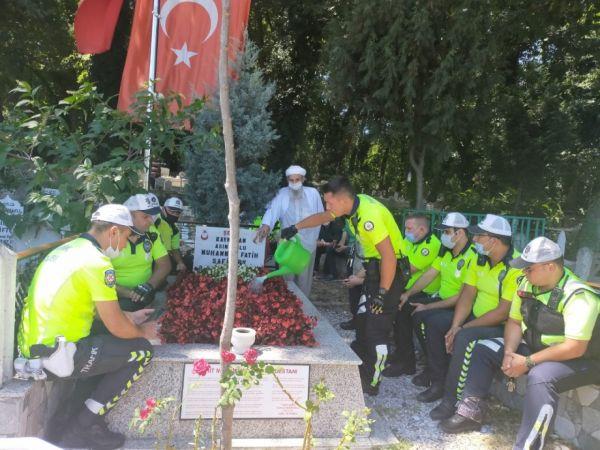Polis ekipleri, şehit Kaymakam Safitürk ve 15 Temmuz Şehidi Gökbayrak'ın mezarını ziyaret etti
