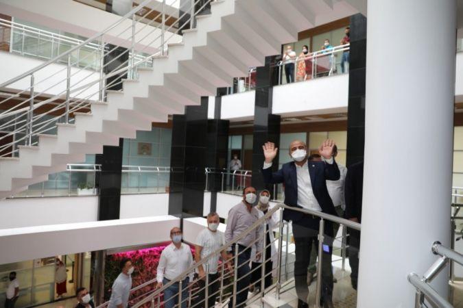 Korona virüsü yenen belediye başkanını alkışlarla karşıladılar