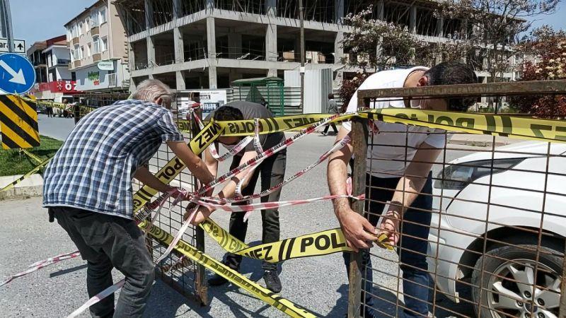 Polis şeritleri kopartılınca yerine demir bariyerler konuldu