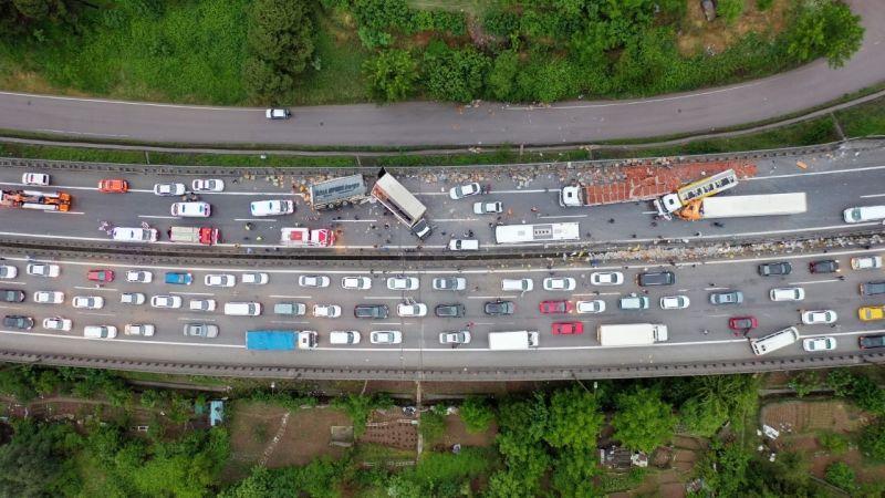 TEM'de zincirleme kazada 20'den fazla araç birbirine girdi: 15 yaralı