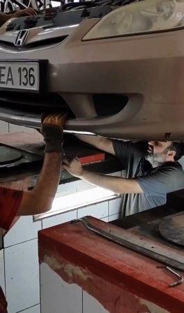 Aracın motor kısmına giren yavru kedi sanayide kurtarıldı