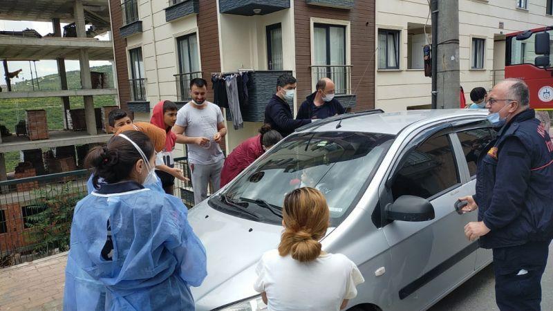 Kendisini arabaya kilitleyen sevimli bebek ekipleri harekete geçirdi