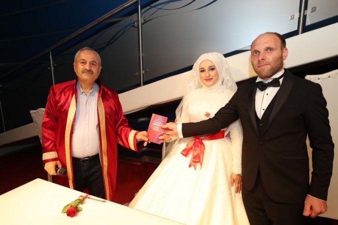 Kısıtlamasız cumartesi gününü fırsat bilen çiftler, nikah salonuna koştu