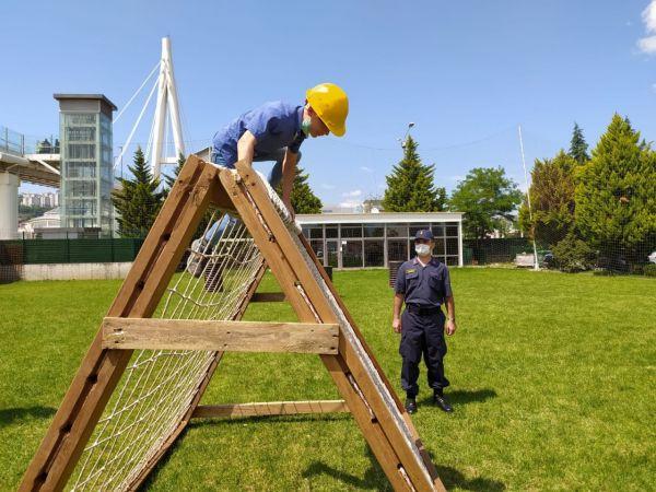 Öğrenciler komando parkurunda doyasına eğlendi
