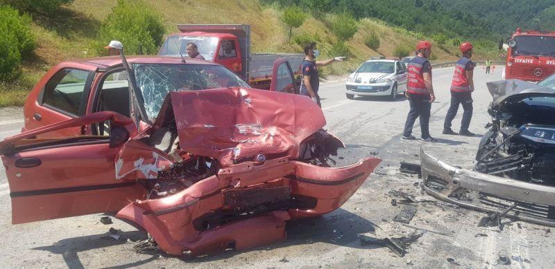 Geyve'de İki araç kafa kafaya çarpıştı: 1 ölü, 2 yaralı