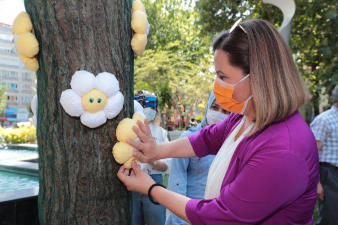 Kadınların el emeği ürünleri ağaçlarda sergilendi