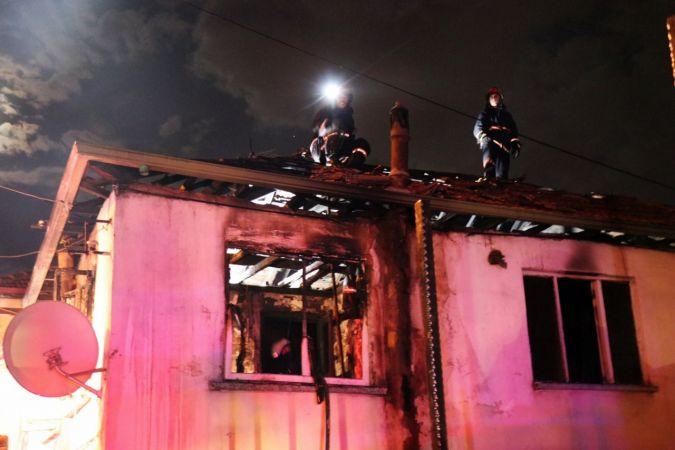 Bayram günü korkutan yangın: Ahşap ev alevlere teslim oldu