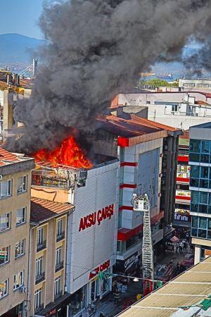 Yangında mahsur kalan engelli çalışanı zabıta kurtardı
