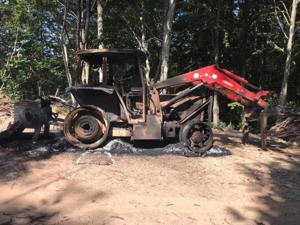 Kepçenin önce lastiklerini kestiler sonra ateşe verdiler