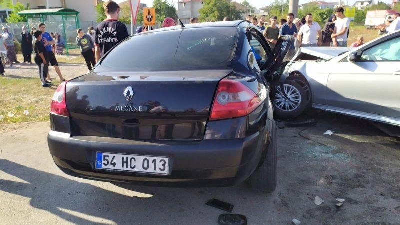 İki araç kavşakta kafa kafaya çarpıştı: 1 ölü, 5 yaralı