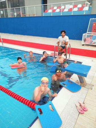 İzmit Belediyesi'nin ücretsiz yüzme kursları devam ediyor
