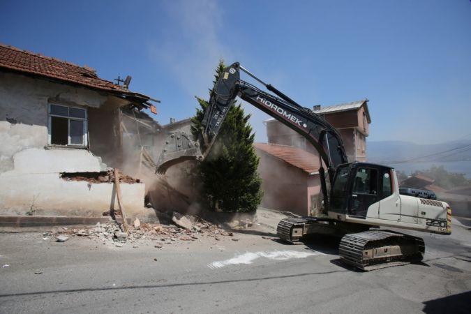 Kocaeli'de hasarlı binalar yıkılmaya devam ediyor