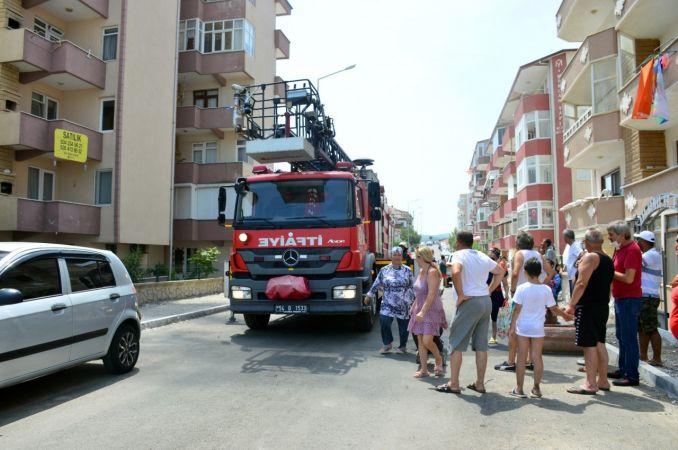 5 katlı binanın son katında çıkan yangın, mahalleliyi sokağa döktü