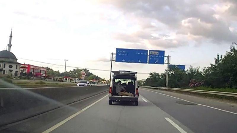 Duble yolda kilometrelerce tehlikeli yolculuk araç kamerasında