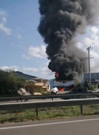 Parke fabrikasında yangın: Çok sayıda ekip sevk edildi