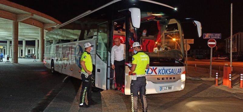 Polis, yolculara tek tek emniyet kemeri taktırdı