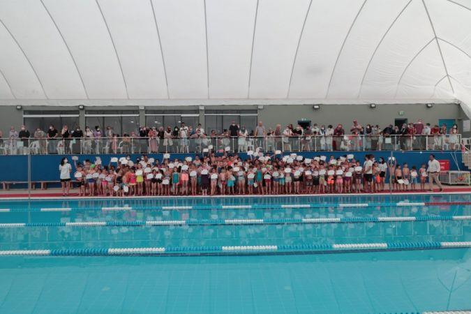 Minik yüzücüler sertifikalarını Hürriyet'in elinden aldı