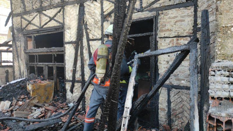Kömürlükte çıkan yangın kerpiç evi kül etti