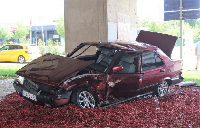 İki otomobil çarpıştı, kullanılmaz hale gelen araçtan burunları bile kanamadan çıktılar