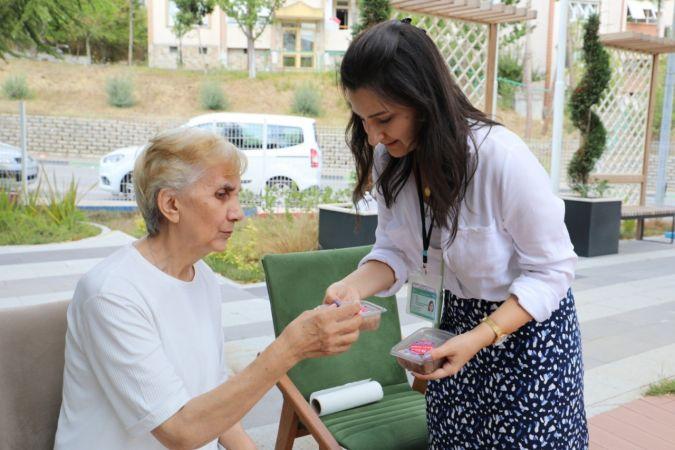 İzmit Belediyesi, alzheimer hastalarına aşure ikram etti