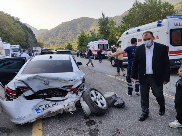Sakarya'da ambulans ve 3 aracın karıştığı kazada 12 kişi yaralandı