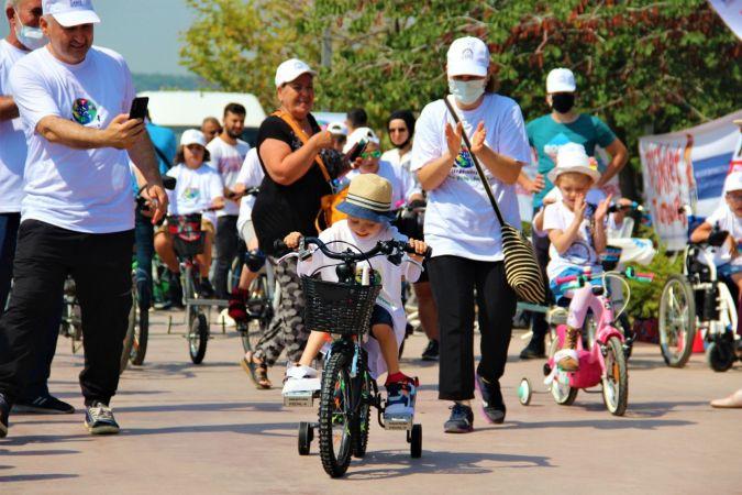 Yıllar sonra bisiklete binen çocuklarının mutluluklarına ortak oldular