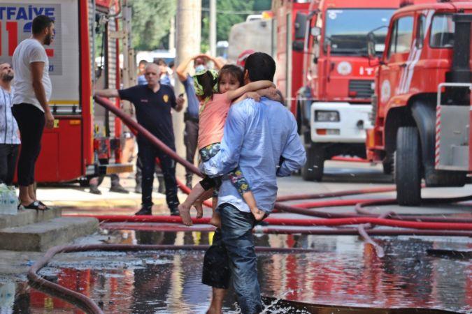 4 katlı binadaki yangın mahalleliyi sokağa döktü