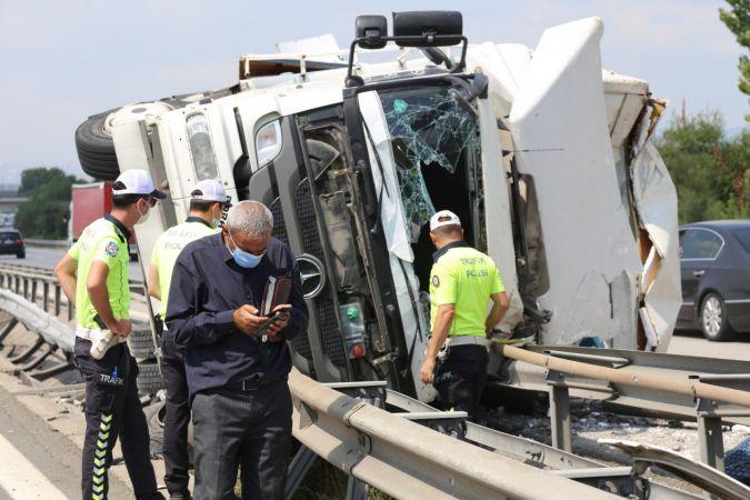TEM'de ev eşyası taşıyan kamyon devrildi: 2 yaralı
