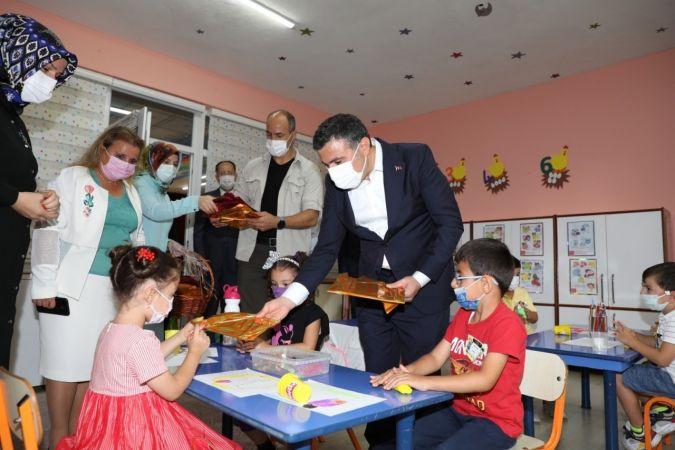 Vali Atay minik öğrencilerin heyecanına ortak oldu