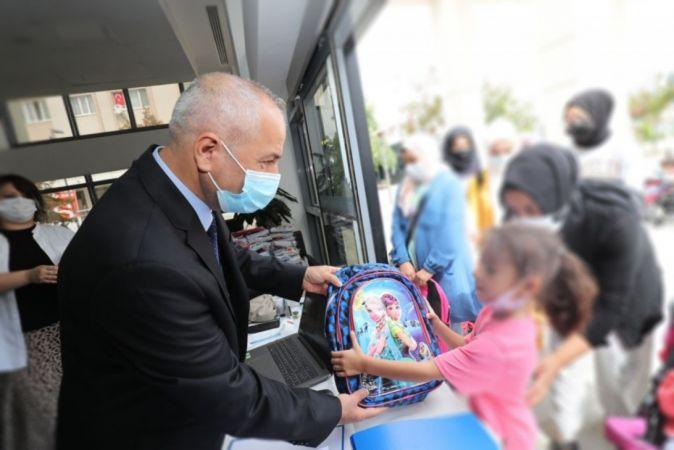 Gebzeli çocuklara kırtasiye seti hediyesi