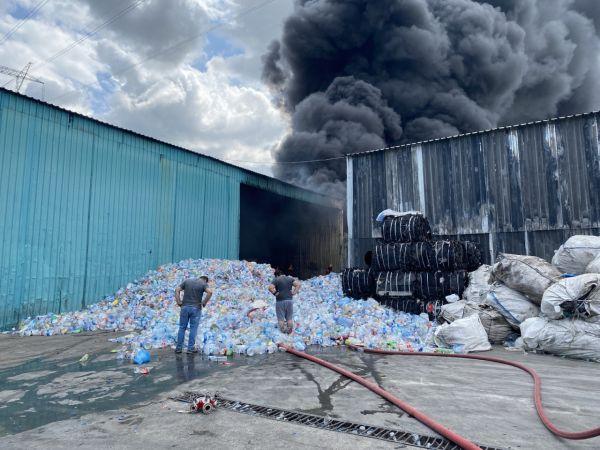 Plastik fabrikasına çıkan, palet üretim tesisine de sıçrayan yangın kontrol altına alındı