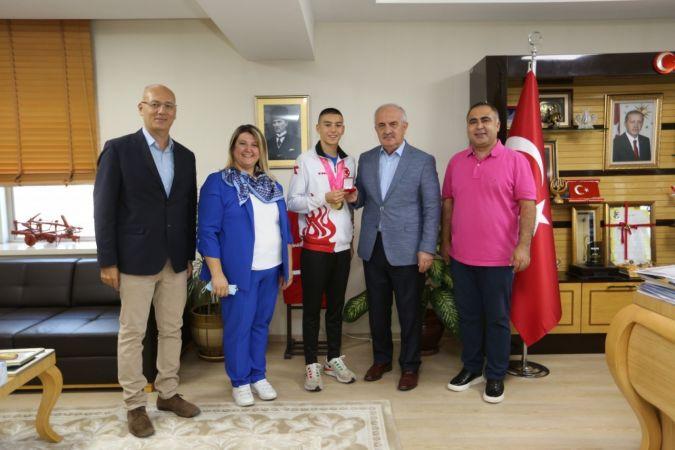 İki altın madalyalı şampiyon, Başkan Aygün'e konuk oldu