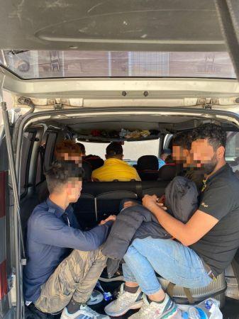 Durdurulan araçtan 8 düzensiz göçmen çıktı