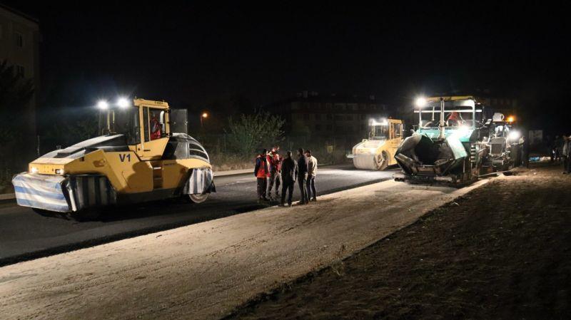 Gece gündüz asfalt çalışması sürüyor
