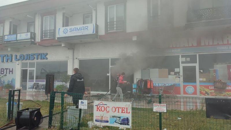 Marketin deposunda çıkan yangın panik oluşturdu