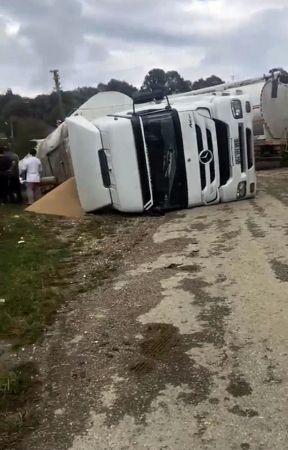 Yem yüklü kamyon devrildi