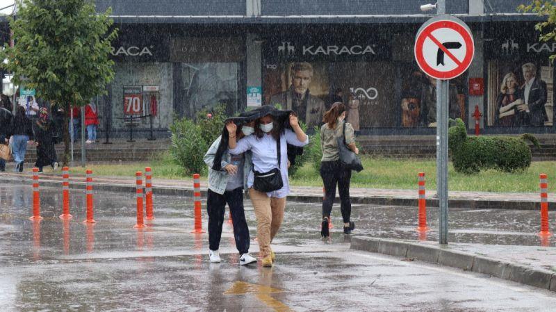 Yağmura hazırlıksız yakalanınca sığınacak yer aradılar