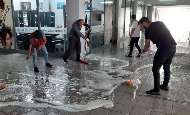 Vatandaşlar, temizlik ekipleriyle iş merkezini temizledi