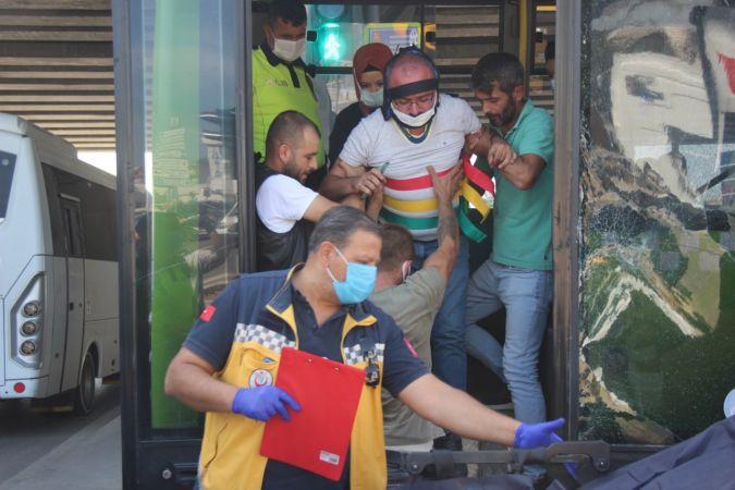 Kaza yapan otobüsteki yaralı yolcular kendini kaldırıma attı