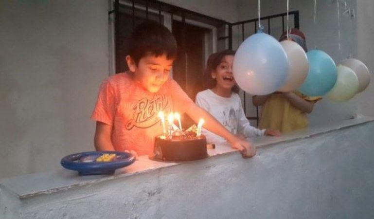 Karantinadaki minik Abdullah'a balkonda doğum günü sürprizi